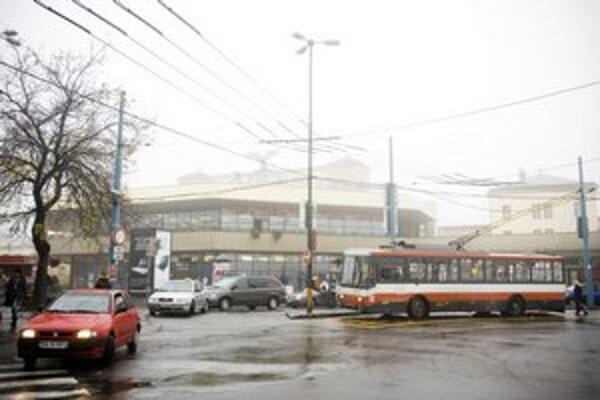 Po Bratislave dnes jazdia staré trolejbusy.
