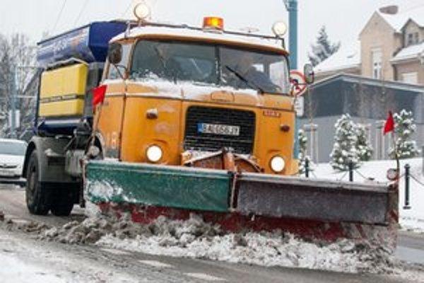 Polícia vyzýva na opatrnosť, pre husté sneženie dochádza k haváriám.