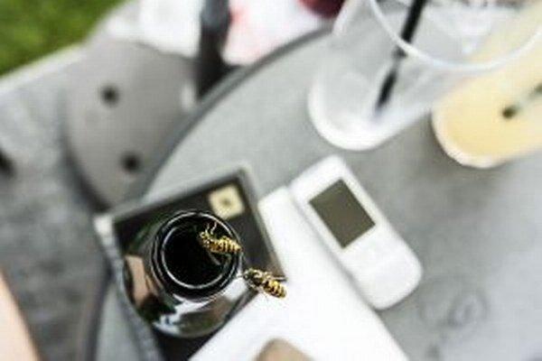 Pozor pri nápojoch. Nepozornosť môže skončiť uštipnutím v ústach, opuchom a dusením.