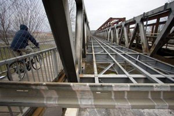 Starý most je dnes otvorený pre peších a cyklistov.
