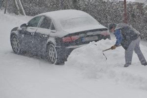 Autá boli ráno zasypané snehom.