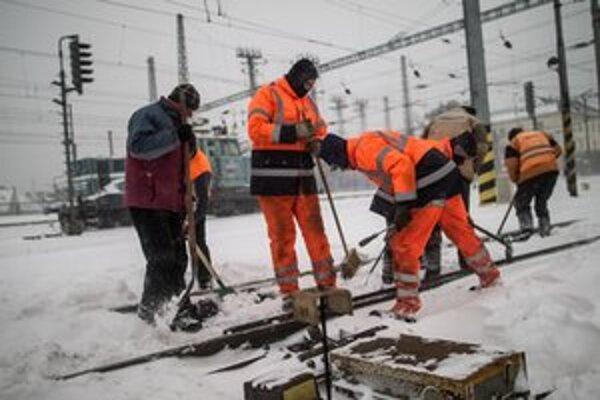 Sneh robí problémy aj na železniciach. Zamŕzajú výhybky.