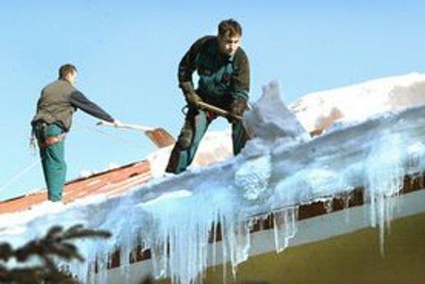 Strechy sú zasypané snehom, tvorí sa aj ľad.