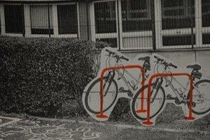 Pred súkromným gymnáziom v Petržalke majú od jesene stojany na bicykle,ďalšie sú priamo v škole. Študentka pripravila projekt a získala naň grant.
