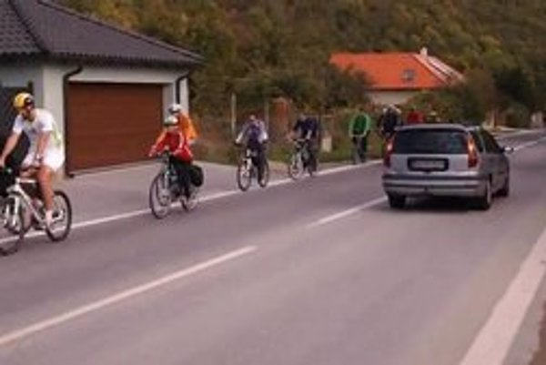 Cyklocesta k novému cyklomostu chýba. Autá tu môžu jazdiť rýchlosťou 70 kilometrov za hodinu.