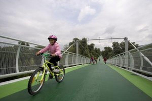 O cyklomost sa zaujímali aj svetové médiá, podľa hlasovania obyvateľov sa mal volať Most Chucka Norrisa.