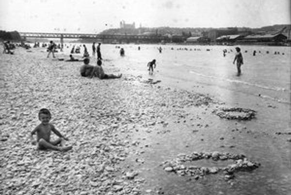 Obľúbené kúpalisko Lido a Prešporáci čľapkajúci sa vo vodách Dunaja. Ako náhradu za Lido postavili kúpalisko Tehelné pole.