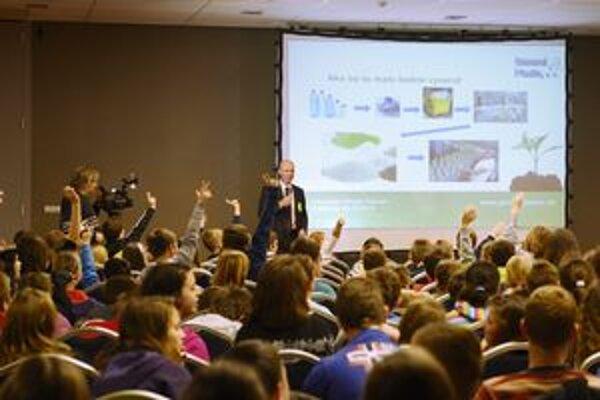 Deti na festivale uvidia rôzne dokumenty o svete odpadu.