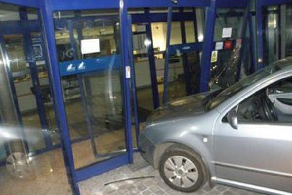 Fabia combi skončila vo dverách banky.