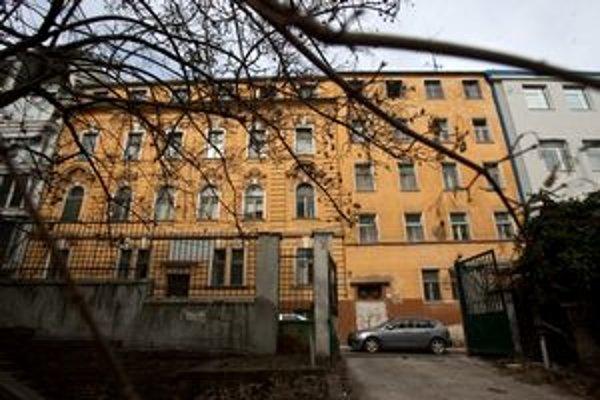 Budovy sa podarilo predať až po tom, čo ich precenili na nižšie sumy. Na snímke klinika na Zochovej, kde budú byty.