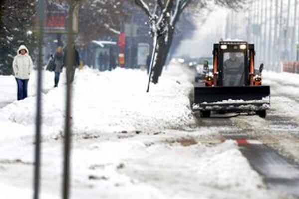 Vozidlá zimnej údržby sú nachystané. Už zajtra možno opäť nasneží.