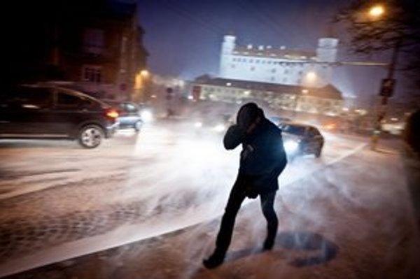 Hlavné mesto včera zasiahla snehová víchrica.