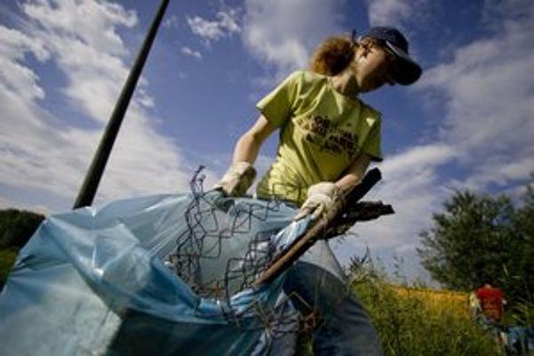 Upratovanie patrí k jari - doma v spoločných priestoroch domov, na uliciach i v prírode.