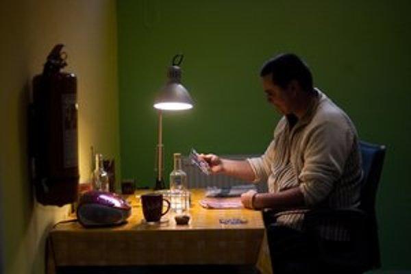 Marián, bývalý narkoman aj väzeň, našiel si uplatnenie pri výtvarných prácach. Maľuje na sklo.