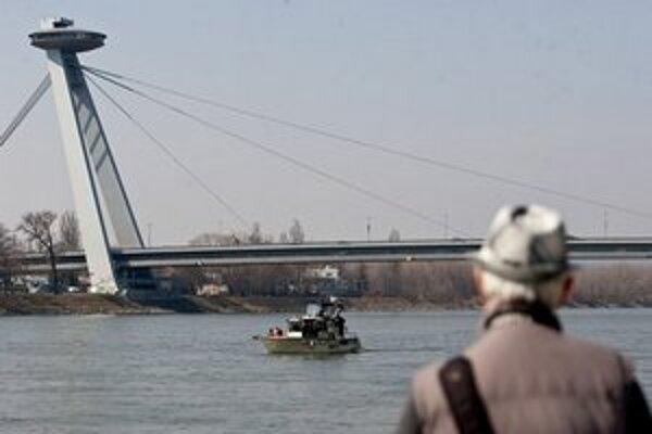 Polícia na hľadanie sochy zapožičala svoju lod.