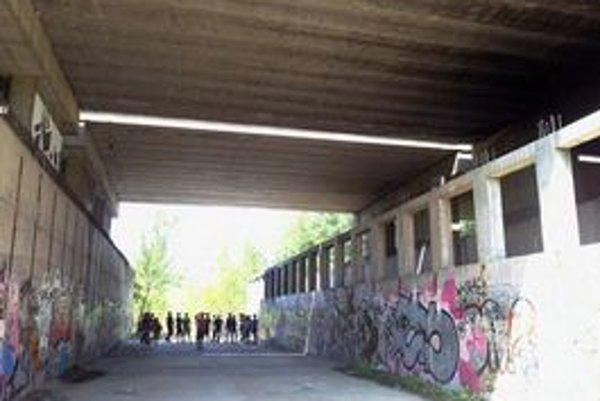 Depo plánovaného metra v Janíkovom dvore je opustené, obvykle slúži len bezdomovcom.