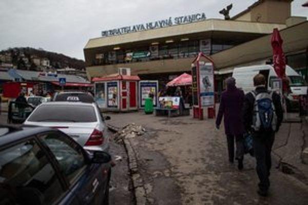 Hlavná stanica je už roky zanedbaná. Prestavbu plánujú od roku 2000.