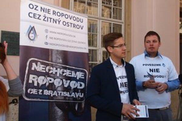 Aktivisti zo združenia Nie ropovodu protestovali aj pred magistrátom.