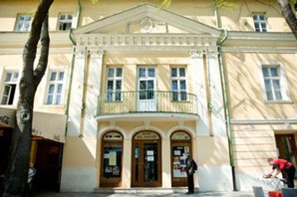 V centre Bratislavy premieta najstaršie kamenné kino na Slovensku. Tento rok oslavuje sto rokov.