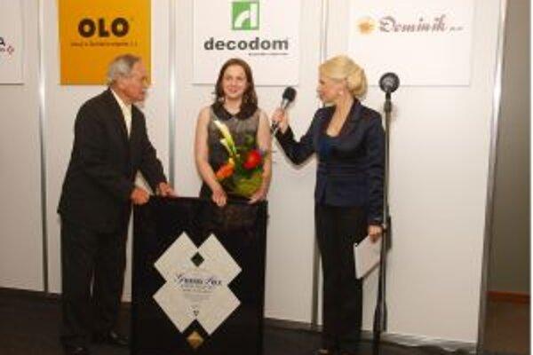 Prestížne ocenenie prevzala Erika Sučanská (v strede), riaditeľka neziskovej organizácie Dominik.