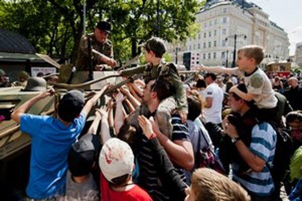 Boje do centra prilákali davy, organizátori varovali mamičky a deti pred hlukom.