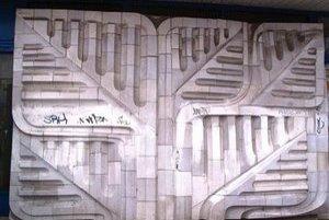 Keramický reliéf znázorňujúci brest zničili robotníci, v budove bude obchodná prevádzka.