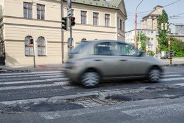 Na bratislavskej križovatke na Krížnej po zime trčali z cesty železné výstuže.