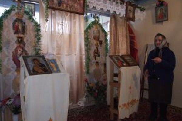 Maria Holovina v kaplnke, ktorú si zriadili v jednej z pivníc na sídlisku Pod sekvojou.