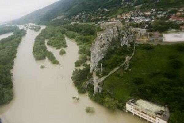 Rozvodnený Dunaj odrezal Devín od zbytku Bratislavy.