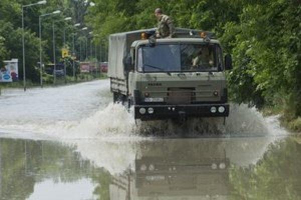 Medzi Devínom a Riviérov jazdia vojenské Tatry, prevážajú záchranársky materiál.