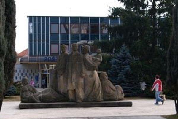 Súsošie zobrazuje robotnícku rodinu. V roku 2010 stálo na Námestí Matice slovenskej pred poštou. Do skladu ho vytlačila revitalizácia centrálnej zóny.