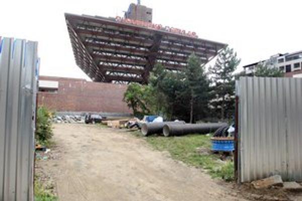 Zelený pozemok za rozhlasom zničil výrub a začiatok výstavby. V roku 2010 stavbu stopol súd, odvtedy pozemok ukrýva plot.