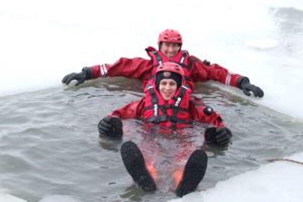 Skúšali špeciálne obleky. Marián Gajdoš a Róbert Sopko mali v ľadovej vode dobrú náladu.