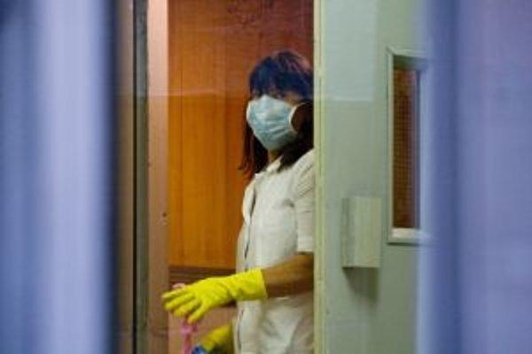 V nemocniciach sprísňujú režim.
