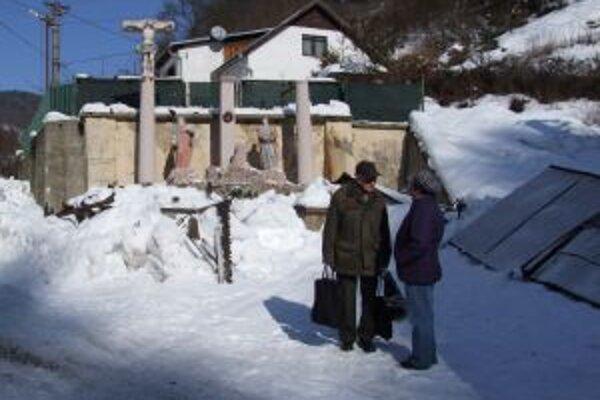 Zničené súsošie Golgoty. Pod ťažkým snehom sa naň zrútila plechová strieška.