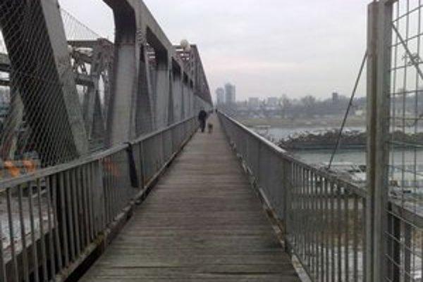 Lávka je dnes iba na jednej strane mosta.