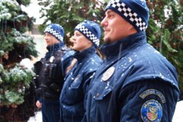 Kremnickí mestskí policajti sú na sneh zvyknutí.