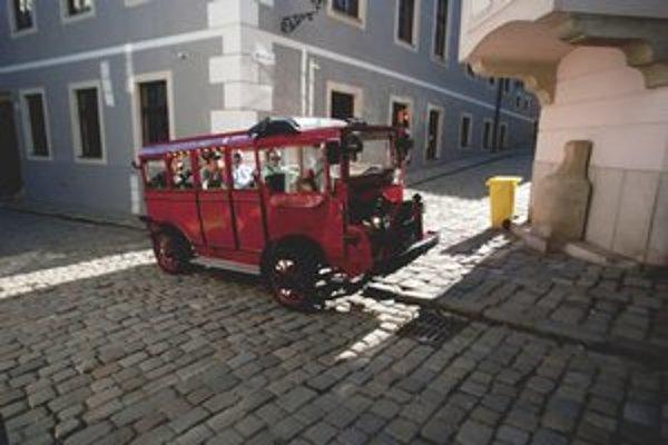 Bratislavu cestovatelia označujú za malé mesto so zaujímavým nočným životom. Bedekre zväčša nie sú pre tých, ktorí sa centrom prevezú v autobusíku.