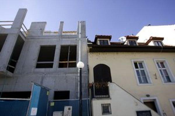 Dom má podľa magistrátu siahať po rímsu susedného domu.