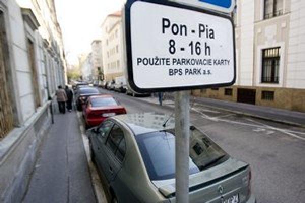 Značka prikazuje parkovacie karty. Viaceré autá mali len nálepku Medzinárodnej policajnej asociácie.