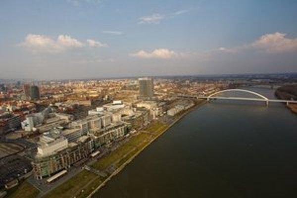 Pohľad na nábrežie, Eurovea sa potiahne až k mostu Apollo. Pohľad z vrtuľníka City Helicopters.