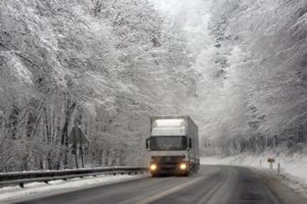 Na cestách je vrstva kašovitého snehu.