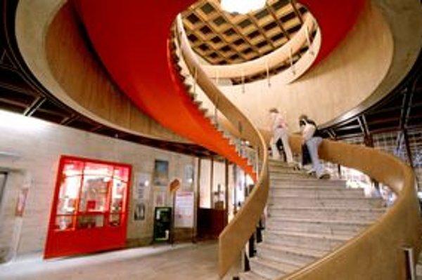 Súčasná podoba Kamenného námestia i hotela je z roku 1960.