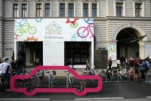 Cyklodom na námestí Friedrich-Schmidt-Platz 9 bude fungovať takmer do konca októbra.