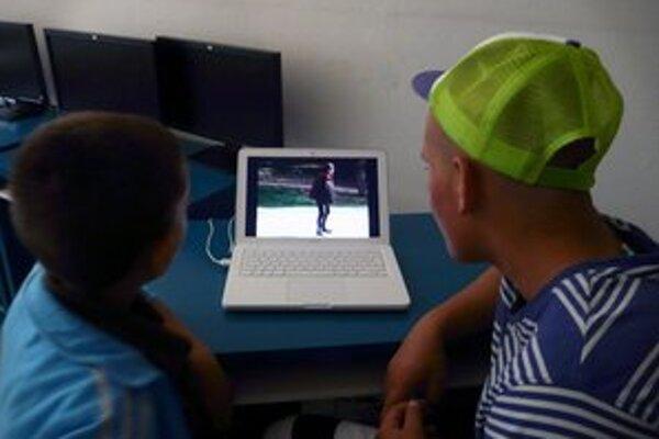 Analýza videa, ako deti napadli bezdomovkyňu.