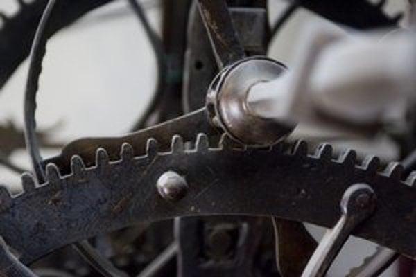 Mechanický stroj vežových hodín vyžaduje neustálu pozornosť.