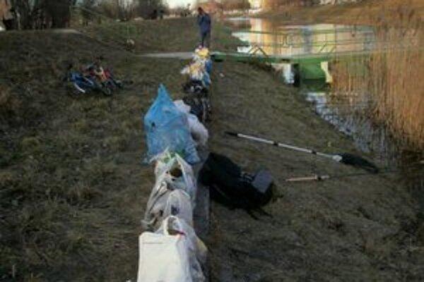 Pri Chorvátskom ramene dobrovoľníci vyzbierali 127 plastových 110-litrových vriec odpadu.
