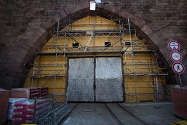 Opravy v tuneli sa začali 20. marca. Nekončia. Takto vyzerá tunel dnes. Zatvorený.