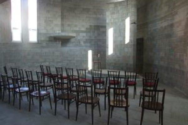 V provizórnych podmienkach sa v nedokončenom kostole konali prvé oficiálne služby Božie.