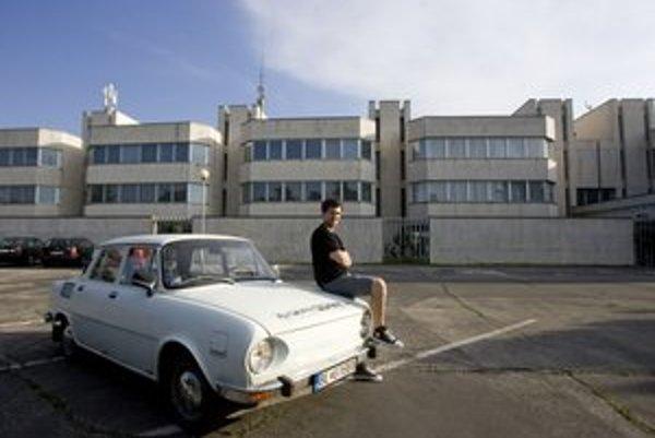 Škode 110 (pri vládnom hoteli Bôrik) už ťahá na štyridsiatku. Vytiahne aj 90 kilometrov za hodinu. Kedysi bola najviac rozšíreným autom, dnes je atrakciou pre turistov.
